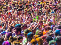 A crowd of people, all with different characteristics, who need to be grouped for optimal prediction of mental health scores. Source: Flickr; Copyright: Gonzalo Rodriguez; URL: https://www.flickr.com/photos/goxonline/13711759025/; License: Creative Commons Attribution + ShareAlike (CC-BY-SA).