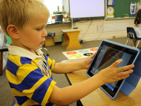 Source: Wikimedia Commons; Copyright: Oakknollschool; URL: https://commons.wikimedia.org/wiki/File:Kindergarten_iPad.jpg; License: Creative Commons Attribution + ShareAlike (CC-BY-SA).