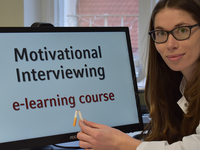 A general practitioner uses the Web-based e-learning course on Motivational Interviewing to support Chronic Disease Management in Primary Care. Source: Image created by the Authors; Copyright: Karoline Lukaschek; URL: http://mental.jmir.org/2019/4/e12540/; License: Licensed by the authors.