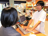 A patient receiving instructions from their pharmacist. Source: Image created by the Authors; Copyright: The Authors; URL: http://medinform.jmir.org/2018/3/e11021/; License: Creative Commons Attribution (CC-BY).